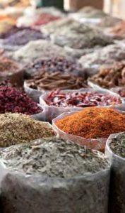 Der Duft Dubais: Datteln gefüllt mit Schokolade, Nüsse oder Mandeln oder Kamelmilchschokolade sowie orientalische Gewürze und Düfte.