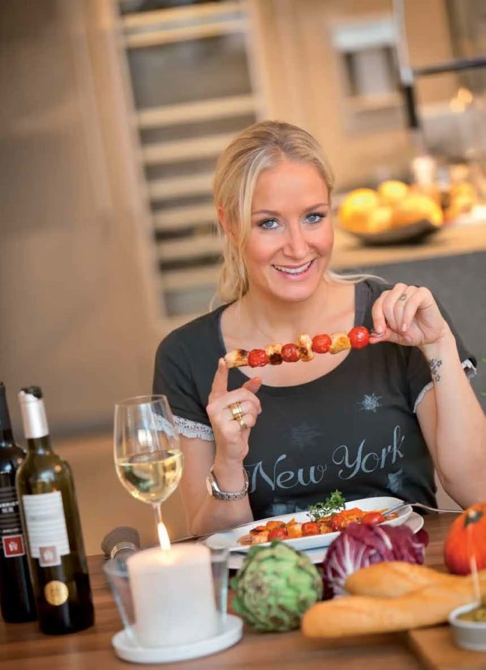 Janine Kunze kocht bei Prominente am Herd für TOP Magazin Frankfurt