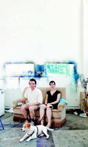 Nick Geene und Helène Fauquet mit ihrem kunstaffinen Hund Ludwig