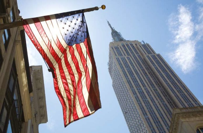 New York USA Flagge am Empire State Building