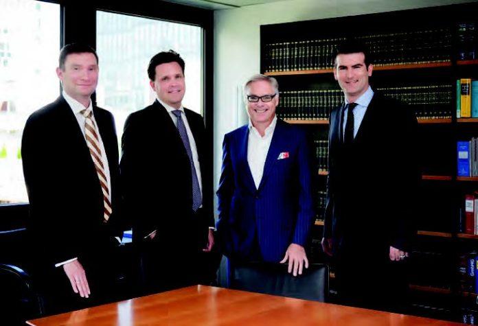 Rechtsanwalt und Notar Hubertus Kestler (3. von links) mit einem Teil des KMO-Teams: Tim Zehelein, Andreas Lindner und Alexander Wolf