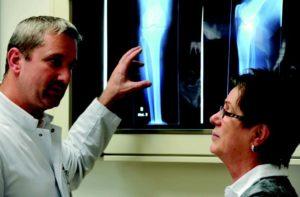 Unfallchirurg, Orthopäde und Sportmediziner Dr. Uwe Horas im Patientengespräch