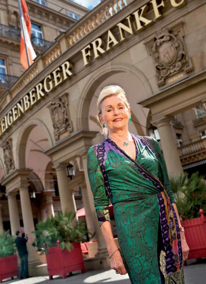 Anne-Marie Steigenberger vor dem Frankfurter Hof