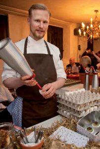 Für die Kreationen von Matthias Schmidt, dem Chefkoch der Villa Merton, ist die Espumaflasche oft unentbehrlich.