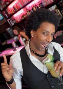 """Thomas Afeworki: """"Wie ich auf diesen Cocktail kam? Ganz einfach. Ein Gast wollte etwas Außergewöhnliches, etwas Spritziges. Da hab ich die Kreation mit Gurke einfach ausprobiert. Der Name ist bei mir Programm: Wenn die Stimmung steigt, ist an meiner Bar immer Ramba Zamba!"""""""