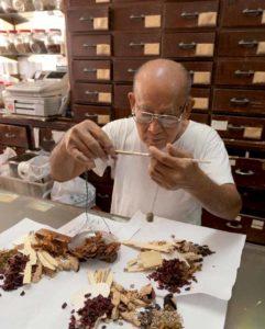 Hier ist alles traditionell (bis auf die Registrierkasse): chinesische Apotheke in Singapur.
