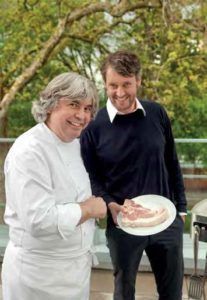 Wolfgang Otto präsentiert Alfred Friedrich das mitgebrachte Steak.