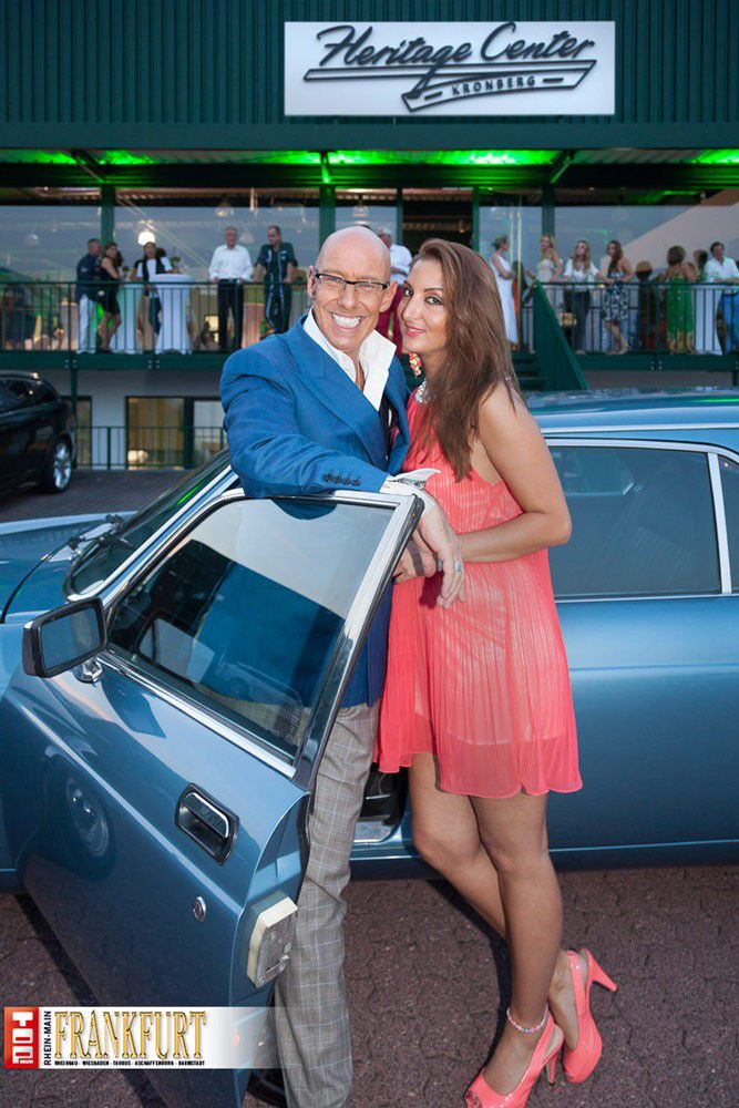 Börsenreporter Mick Knauff und Jalan Ünüvar (Next Level Productions) vor einer echten Rarität einem Jaguar XJ 12, umgebaut von Ladbroke aus dem Jahre 1982, limitiert auf 20 Stück_2