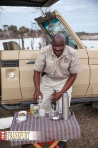 Unser tägliches Lieblings-Ritual in Botswana - Sundowner, liebevoll serviert von Captain