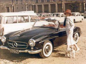 Rosemarie Nitribitt mit Pudel Joey und ihrem 190 SL
