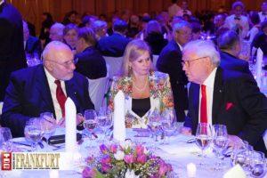 Der Vorsitzende des Rheingau Musik Festivals Claus Wisser mit Geburtstagskind Michael Herrmann und Gattin Ute