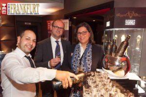 Eingeschenkt - Barkeeper Sami serviert Royal Dragon Vodka an Jörg Gelsheimer (Frankfurter Sparkasse 1822) und Gattin Martina