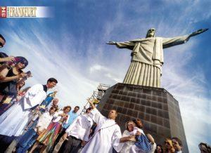 Eine Taufe an der Christus-Statue