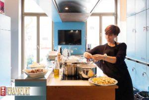 """Eva Kösling bereitet in der Küche des Lindenbergs das leckere """"Frühstücksmittagessen"""" zu."""