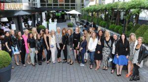 Gruppenfoto mit Eva Padberg und den Chic Trip Gewinnerinnen im Roomers Patio