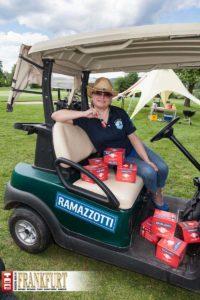 Tanja Bauer mit dem gut bestückten Rama-Car