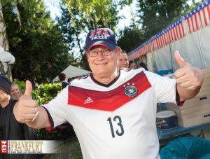 Generalkonsul Kevin Milas im WM-Fieber - Passend zum Anlass trug er ein Deutschland-Trikot mit der Nummer 13.