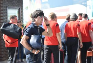 Stylish unterwegs - Bundestrainer Jogi Löw mit cooler Herrenhandtasche von Designerin Lili Radu aus Frankfurt.