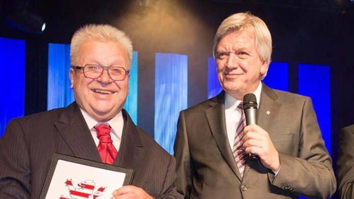 Ministerpräsident Volker Bouffier überreicht Gerhard Stein (Gerda) die Ehrenkachel