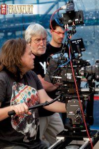 """Wir durften am Filmset von """"Alles Verbrecher"""" hinter die Kulissen blicken - Kameramann Stephan Wagner (links) und Regisseur Rolf Silber (Mitte)"""