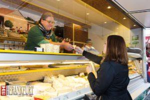 Als einer der ersten Wochenmarkthändler in Frankfurt nutzt Jörg Diener das Bezahlsystem Optipay.