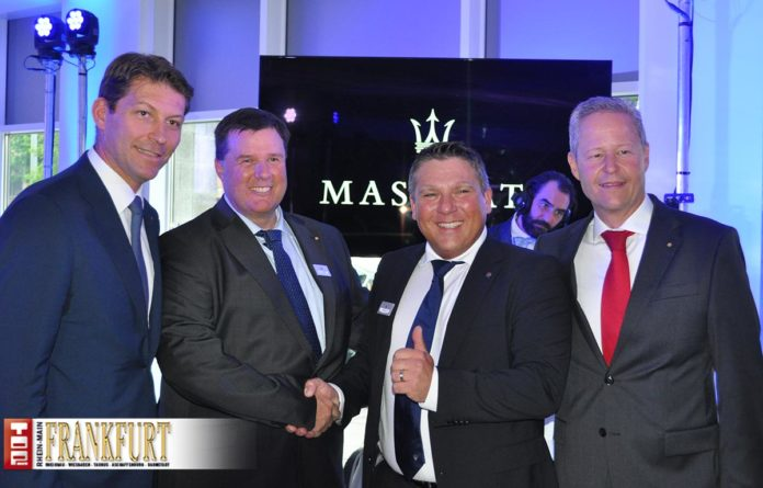 Giulio Pastore mit dem Maserati Markenverantwortlichen der Emil Frey Gruppe Deutschland, Udo Kandel, Maserati Vertriebsleiter Thomas Heinz und Bernhard Linnenschmidt