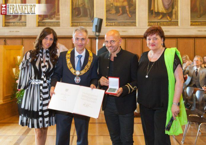 Sven Väth mit der Goethe-Plakette neben Oberbürgermeister Peter Feldmann sowie seiner Mutter Monika und Freundin Silvia