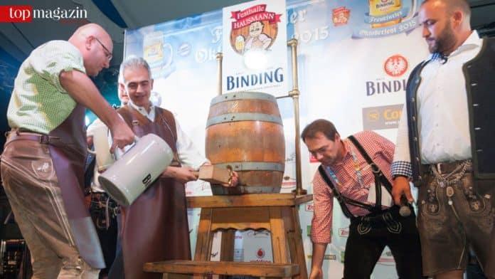 Beim zweiten Schlag war er drin - Oberbürgermeister Peter Feldmann beim traditionellen Fassbier Anstich