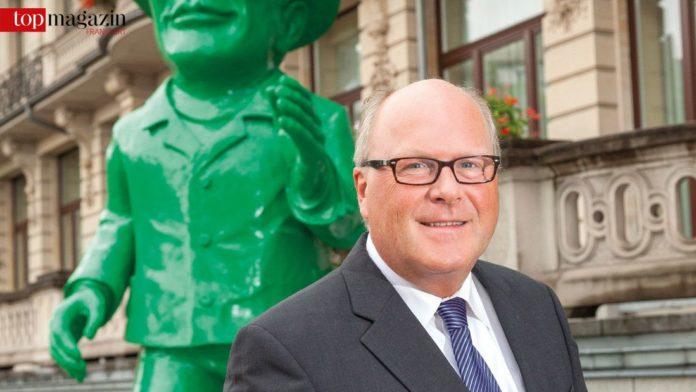 Dieter Beine vor der Hessischen Staatskanzlei