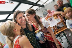 Siegerkuss - Zum goldenen Bembel gibt es für Jörg Markloff auch ein Küsschen von amtierenden Apfelweinköniginnen.