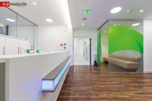 Einladend - Empfang und Praxisräume in hellen, freundlichen Farben