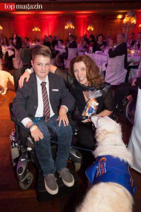 Jenson Göb überreicht Britta Peddinghaus den Vita-Award.