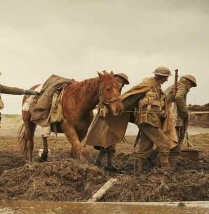 Mit dem Bagger eines Bauern durfte Dean O'Gorman den Acker wie ein Schlachtfeld aussehen lassen.