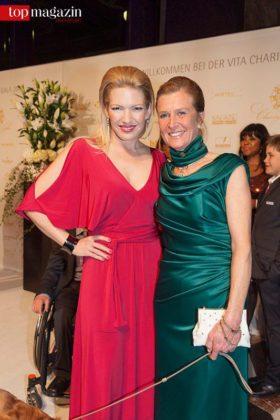 Sky-Moderatorin Jessica Kastrop mit Tierärztin Dr. Ariane Volpert (Vita e.V.)