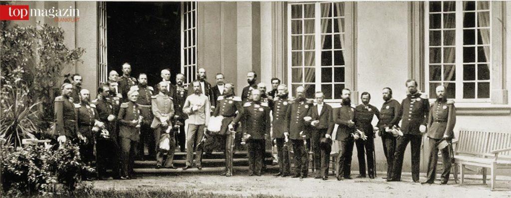 Abschlussfoto des Frankfurter Fürstentages von 1863 im Garten des Palais Thurn und Taxis – in der hellen Uniform König Maximilian von Bayern und Kaiser Franz Joseph I. von Österreich