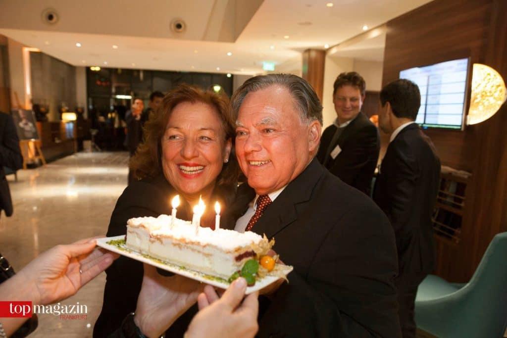 Geburtstagskind Günter F. Metz freut sich mit Gattin Elvira über seinen Kuchen.