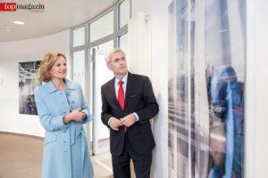 Petra Becker und Oliver Klink vor der Fotografie von Franziska Stünkel