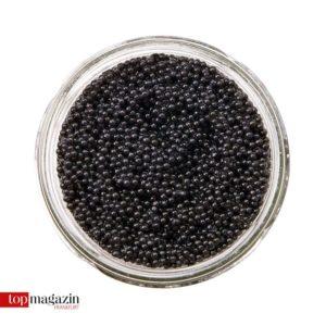 Unter Experten gibt es nur eine Methode, den Kaviar zu probieren – Man häuft sich eine gute Portion auf den Handrücken zwischen Daumen und Zeigefinger und schleckt ihn weg.