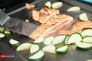 Lachs und Zucchini auf dem Teppanyaki-Grill