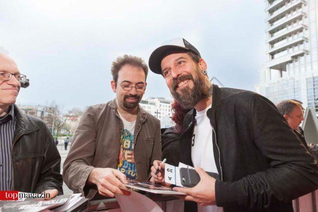 Sänger und Songwriter Daniel Wirtz im Dienste der Autogrammjäger