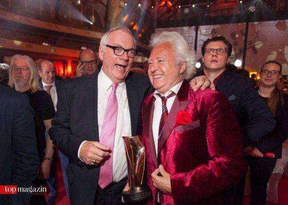Künstlermanager Carl Leighton Pope mit Preisträger Ossy Hoppe