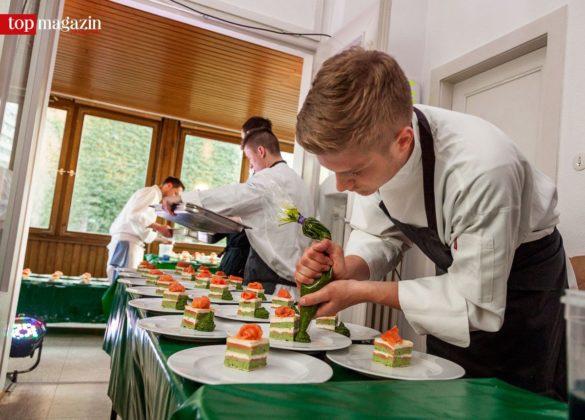 Das Küchenteam von Reiner Neidhart richtet den 1. Gang an.