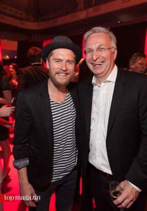 Johannes Oerding mit Commerzbank Arena Geschäftsführer Patrik Meyer
