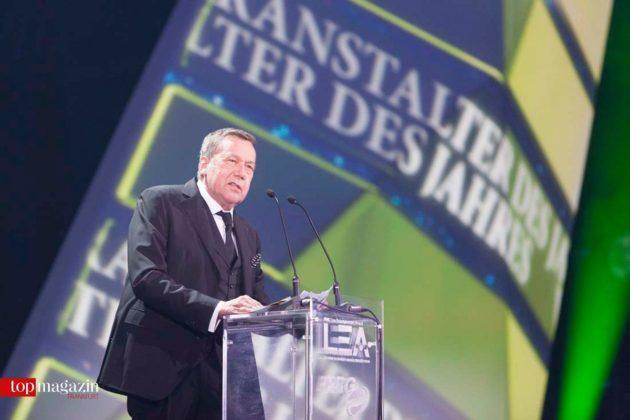 Laudator Roland Kaiser kündigt den Veranstalter des Jahres Dieter Semmelmann an.
