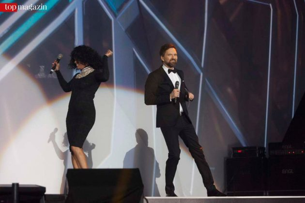 Whitney Houston-Double Belinda Davids und Moderator Ingo Nommsen in Aktion