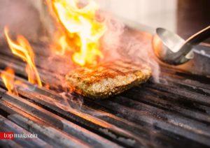 Der Schwamm Burger auf dem Grill
