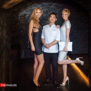 Elena Carriere mit dem sternedekorierten Breeze-Küchenchef Yip Mun Wai und GNTM-Gewinnerin Kim Hnizdo