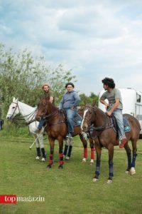 Die sogenannten Grooms warten an der Pony Line mit den Auswechselpferden.