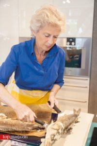 Petra Roth richtet den Wolfsbarsch an