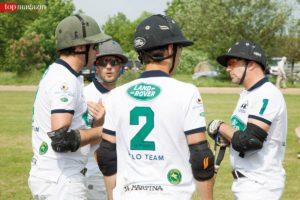 Teambesprechung bei Team Land Rover
